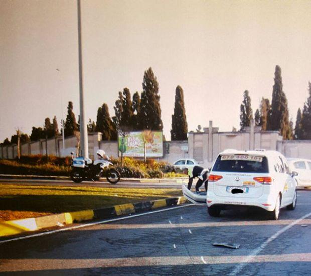 urta-un-auto-e-cade-sull-asfalto-motociclista-guidava-senza-patente