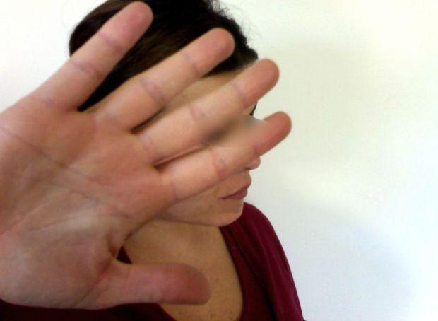 tenta-di-violentare-la-moglie-e-poi-la-picchia-colpi-anche-al-figliastro-minorenne-arrestato