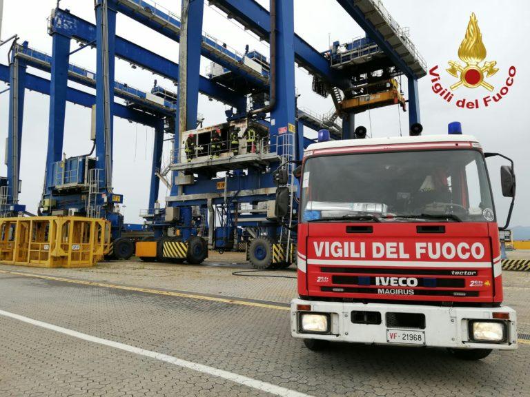 Incendio nel porto industriale di Cagliari: intervento dei ...