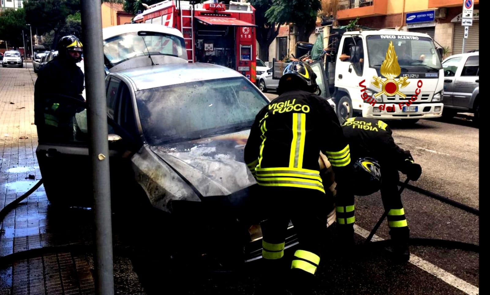 Cagliari, auto prende fuoco: intervento dei vigili del ...