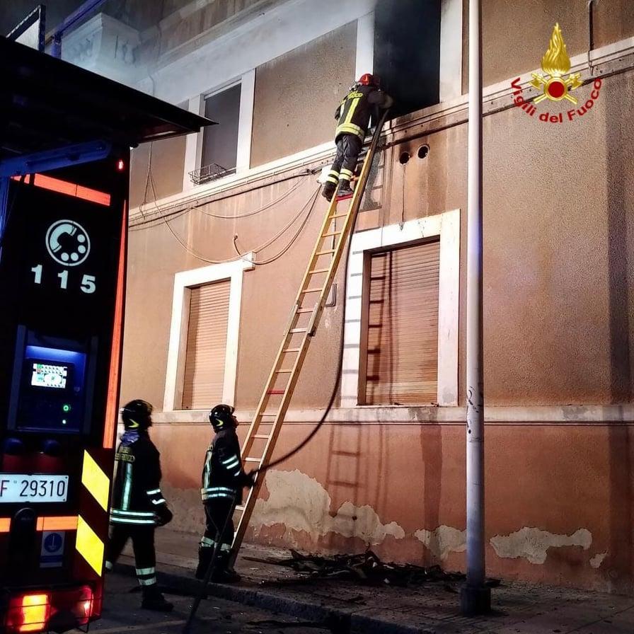 Cagliari, fiamme in uno studio dentistico: in azione i ...